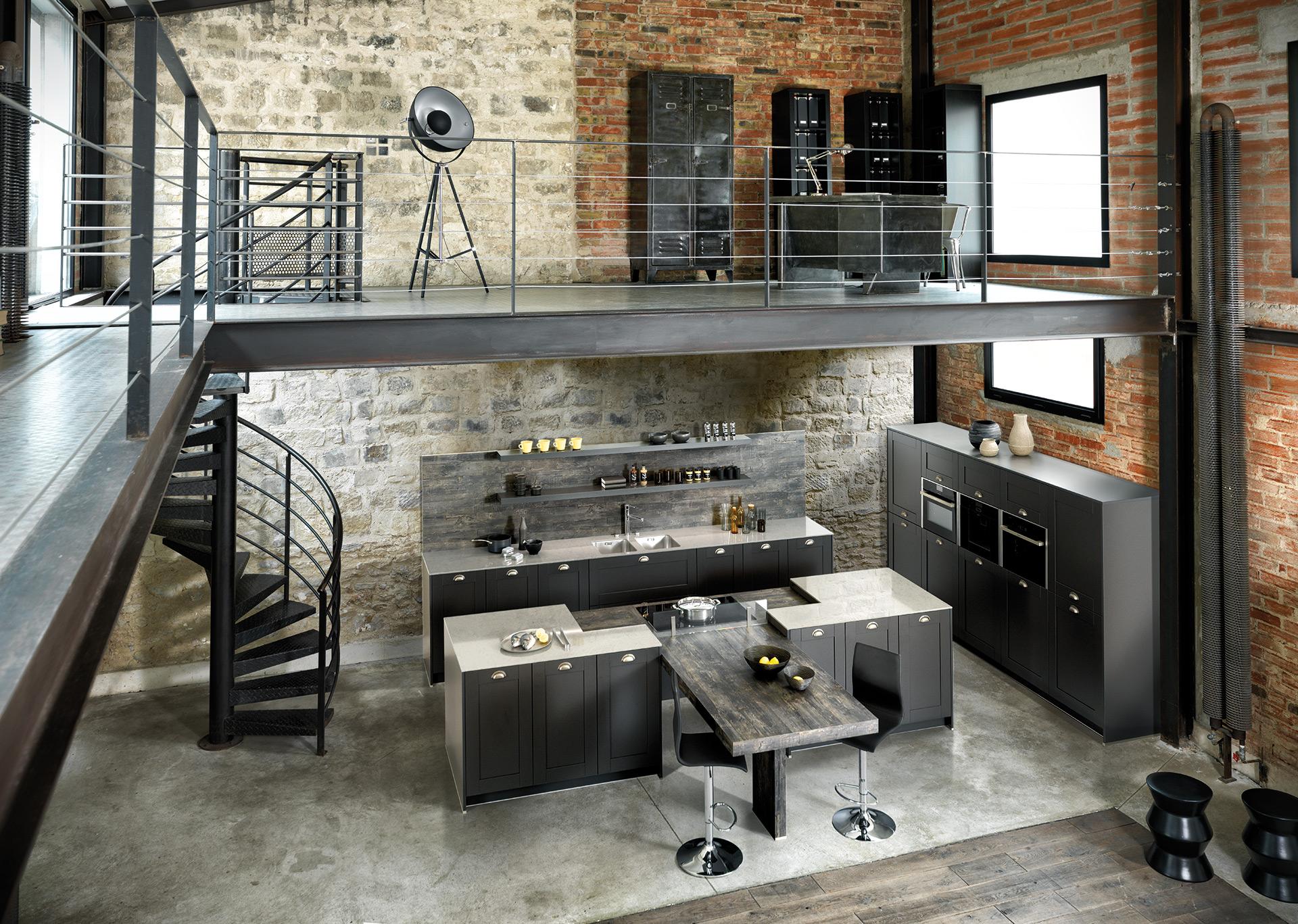 Vue d'en haut de la cuisine Frame couleur grise foncée mate, avec une vue du bureau au premier étage et la cuisine avec îlot centrale en bas.
