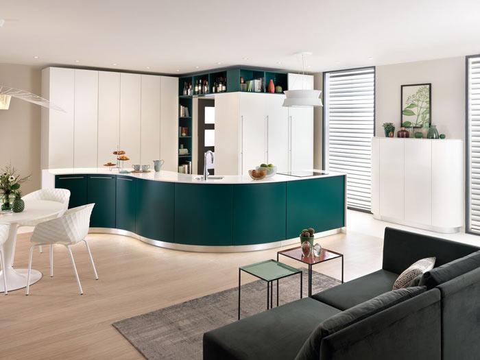 cuisine ouverte sur le salon coloris blanc brillant et vert émeraude