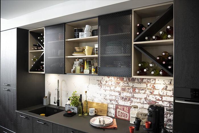 cuisine ouverte fondue sur le reste de la maison avec coloris gris et pierre terrazzo