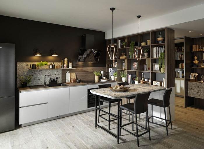 cuisine ouverte sur le salon, table en pierre, plan de travail terazzo et niches ouvertes pour séparer la cuisine de la rentrée