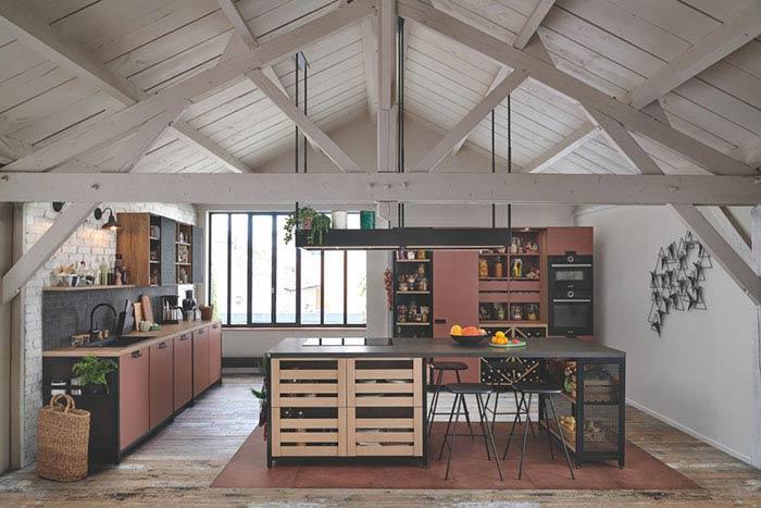 cuisine épicerie avec casiers, cuisine ouverte sur la pièce à vivre coloris rose coral