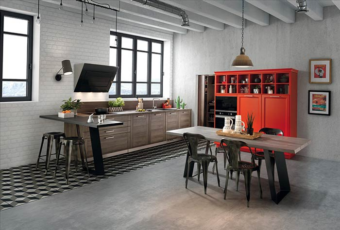 Vue d'ensemble de la cuisine ouverte Groove, coloris effet bois foncé et buffet coloris orange, avec une table et des chaises au premier plan.