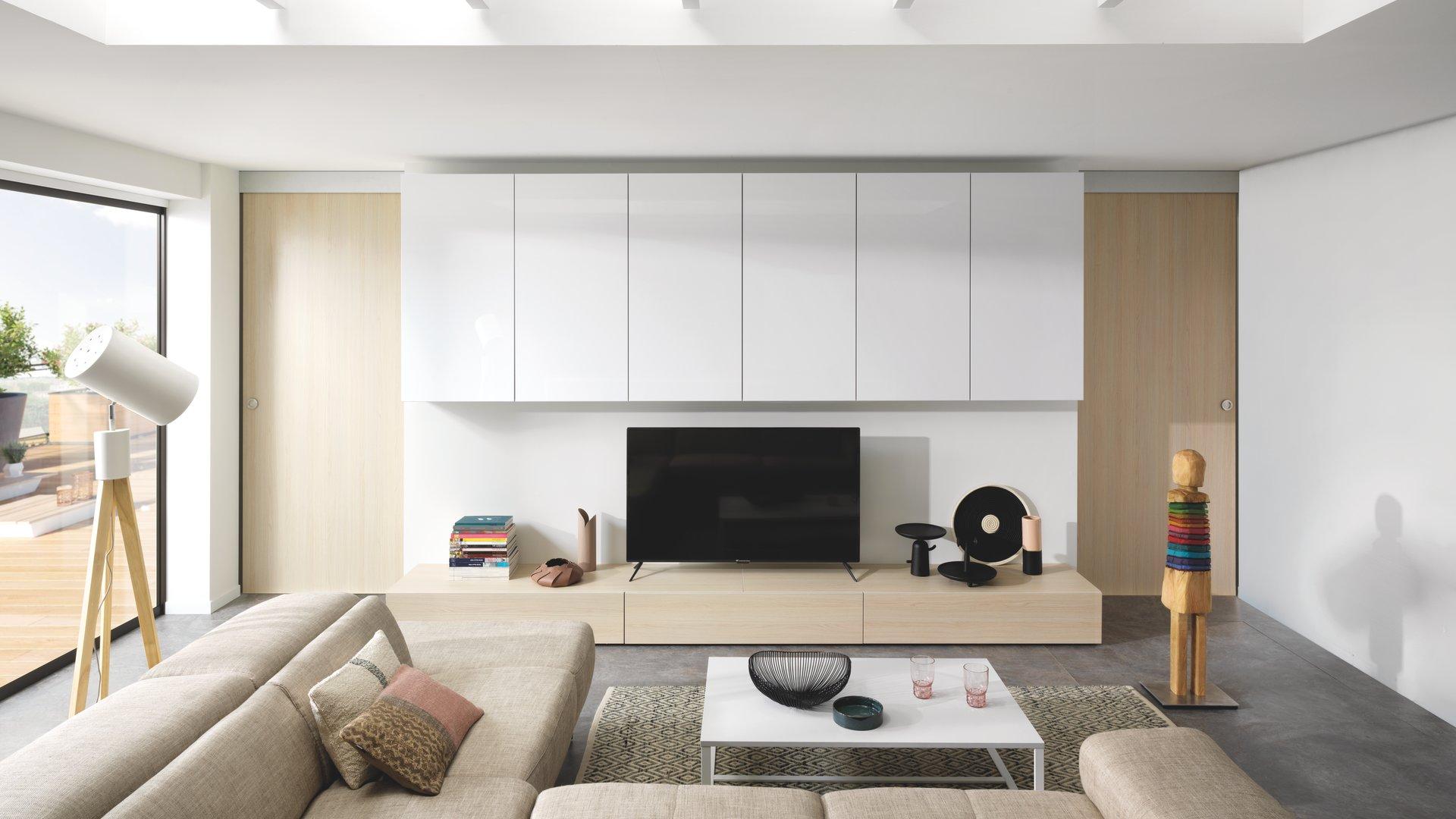 Salon clair et lumineux avec murs blancs et meubles bois clairs