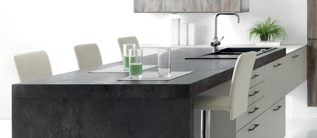 Vue d'une cuisine centrée sur le plan de travail et la joue en céramique coloris gris foncé.