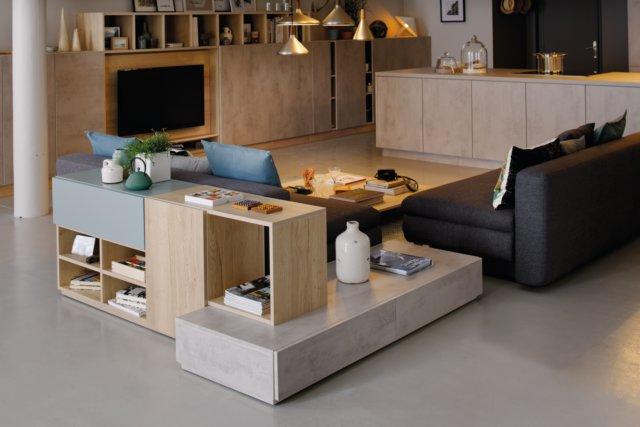Vue de biais du loft Dublin avec les meubles de rangement, coloris bois, gris clair marbré et bleu.