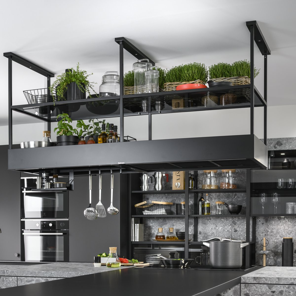 Étagères suspendues style industriel entièrement végétalisées.