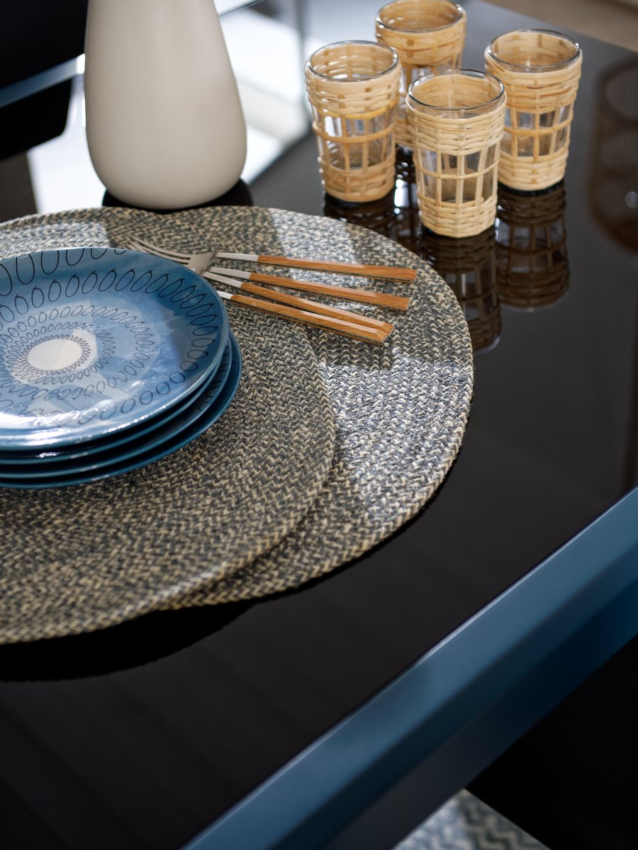 Apportez des matériaux naturels avec ces set de table en jute tissée.