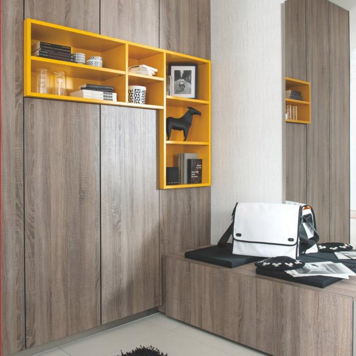 Vue des placards et du meuble bas avec l'insert niches ouvertes en coloris contrasté bois teinté chêne foncé Santiago Oak et jaune Panama.