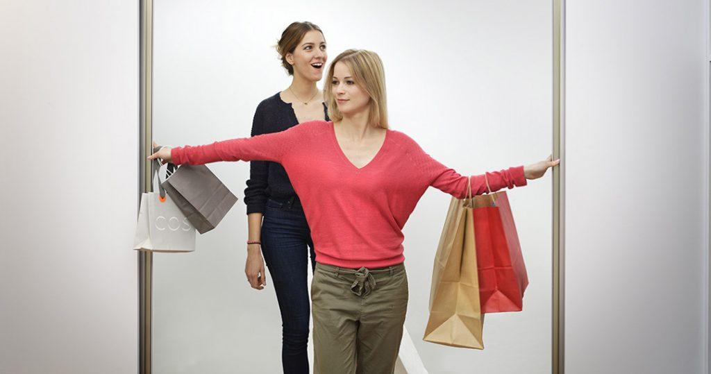 Deux femmes shopping addicts qui découvrent le dressing Arcos Strass, coloris blanc neige.