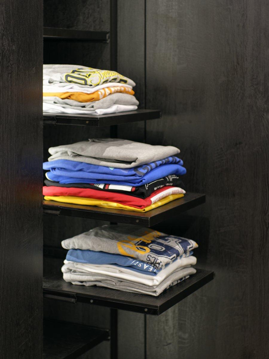 étagères coulissante pour pulls et T-shirt.