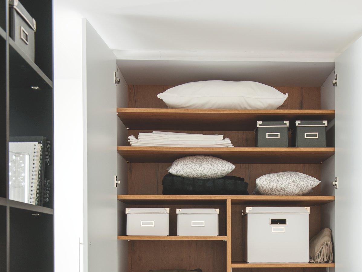 Housses et boîtes de stockage pour dressing.