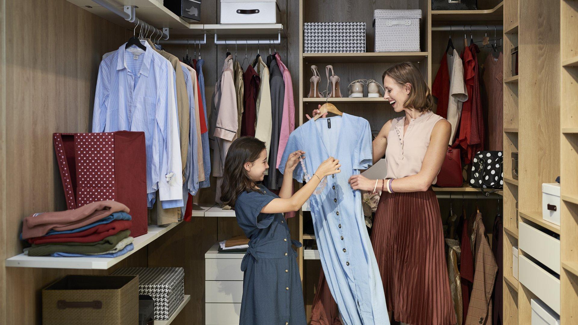 Mère et fille range leur dressing.