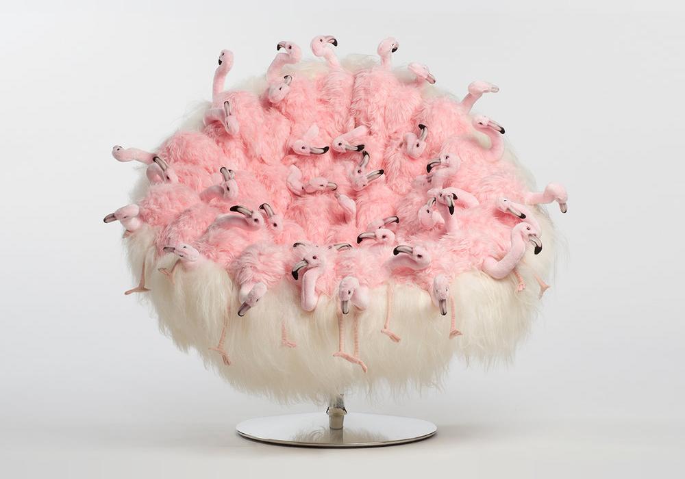 Fauteuil blanc avec le siège fait avec des peluches de flamants roses de AP Collection, collection 2017.