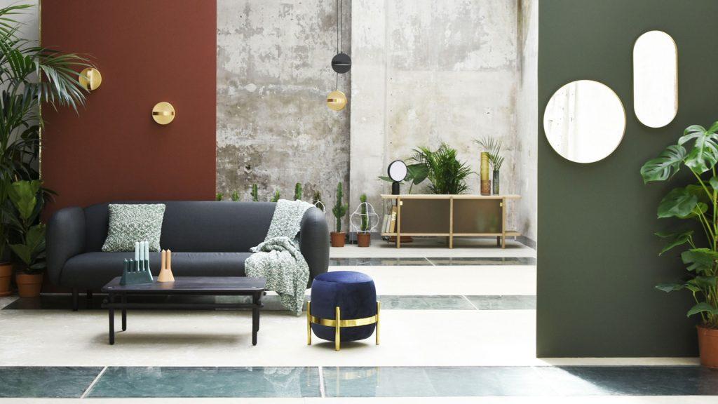 Ambiance pièce à vivre de ENOstudio avec le pouf Vega, le canapé Moïra, le cabinet Pavillon, les miroirs Cruziana et les lampes Plus.