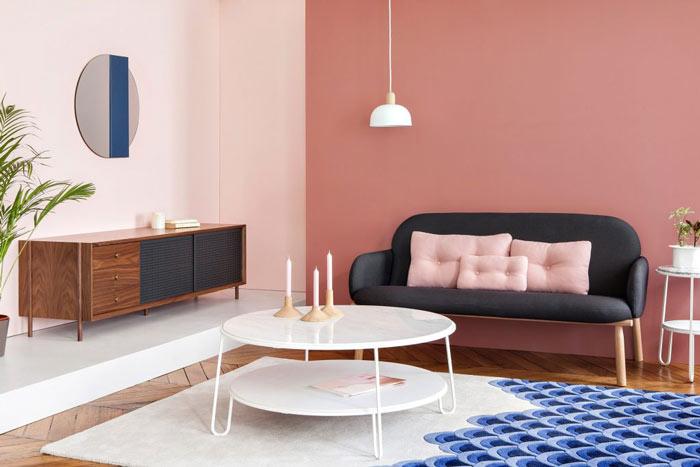 Ambiance salon avec du mobilier designé par Hartô : le fauteuil Georges, la lampe suspension Nina, le buffet bas Gabin, le miroir Charlotte et la table basse Eugénie.