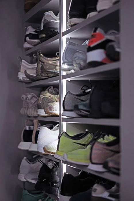 Zoom sur le meuble sur mesure pour ranger des chaussures dans le dressing de Jo Yana.