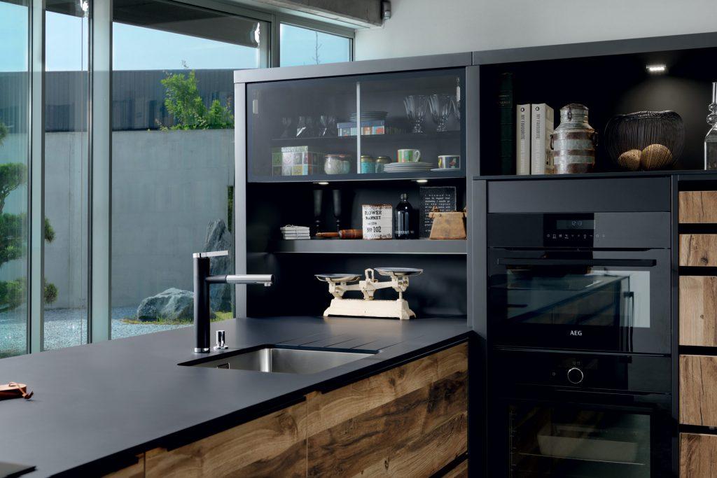 Vue de biais du plan de travail stratifié Compact coloris noir Nano Black avec cuve sous plan dans la cuisine Arcos Edition.