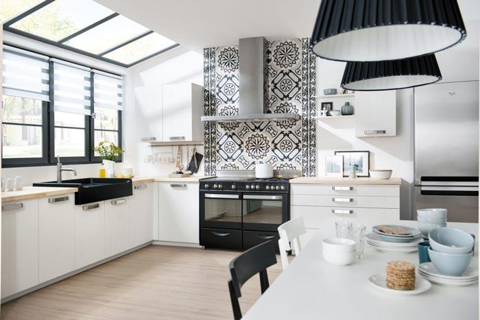 Vue d'ensemble de la cuisine ouverte de style scandinave Major linea, coloris blanc pores ouverts mat.