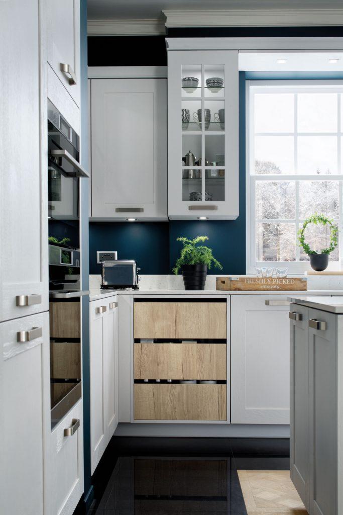 Vue de face du buffet déco en bois clair dans la cuisine rustique sur mesure blanche et bleue Nebraska.