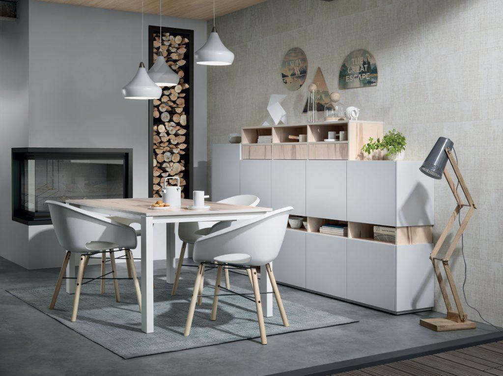 Vue d'ensemble de la salle à manger Arcos coloris bois clair Ikori et Loft coloris gris clair Celest, avec la table Expando et les chaises Globe au premier plan et le buffet sur le côté.