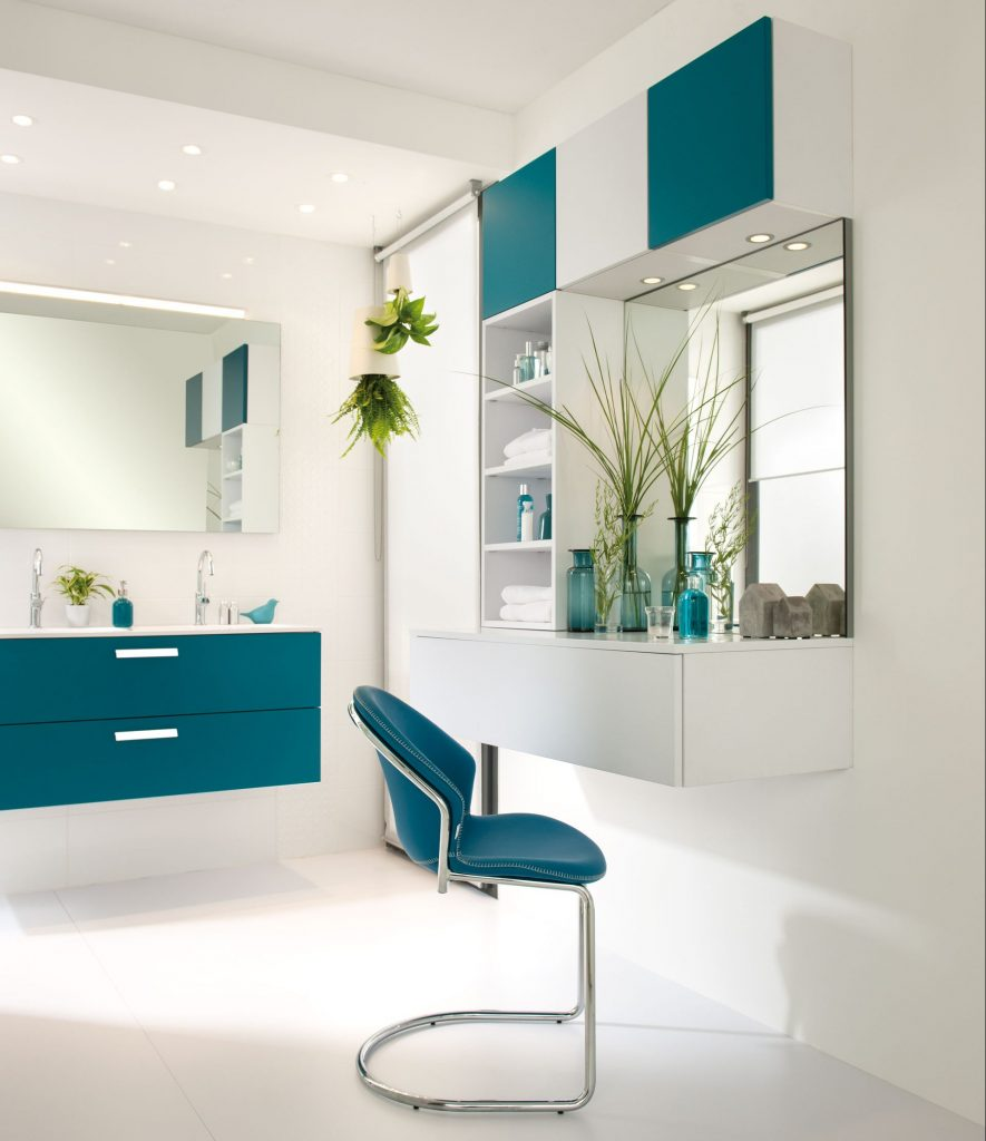 Vue de la partie boudoir centrée sur la chaise Bubble dans la salle de bains Arcos, coloris blanc neige et bleu canard.