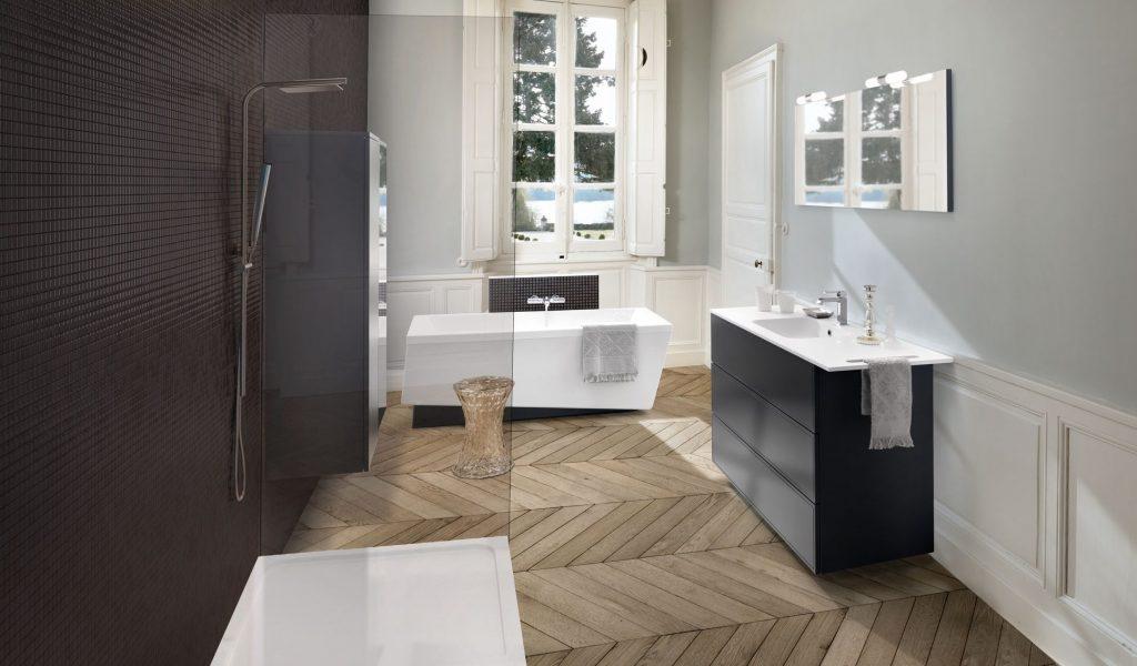 Vue d'ensemble de la salle de bains Boxea coloris noir et gris, avec douche italienne, baignoire, et meuble bas sous vasque.