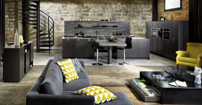 Vue d'ensemble de la cuisine Frame couleur gris foncé mat Caneo avec une vue du salon au premier plan, le canapé dans le champ.