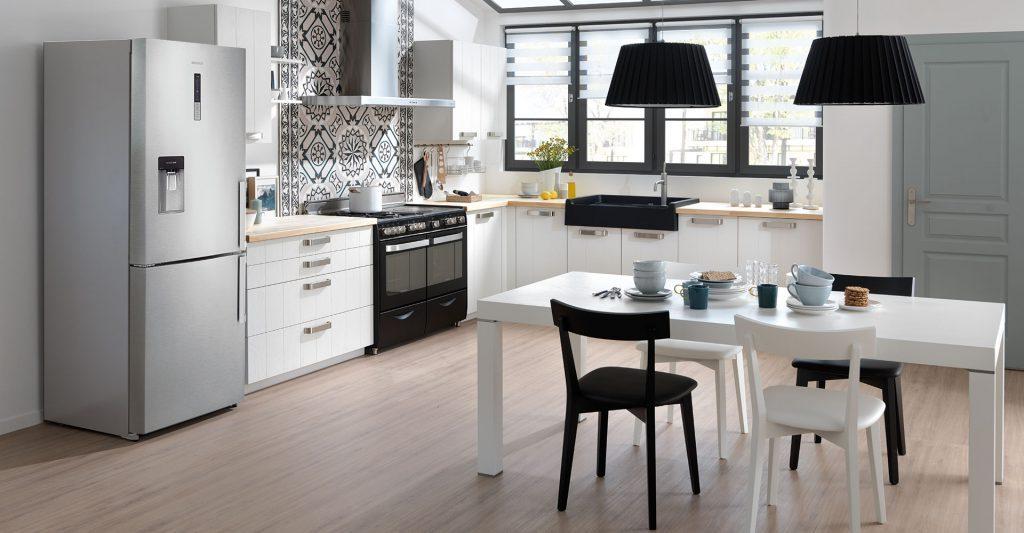 Vue d'ensemble de la cuisine Major Linea avec la table blanche et les chaises blanches et noires au premier plan.