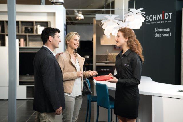 Couple en discussion avec un concepteur vendeur dans un magasin en France.
