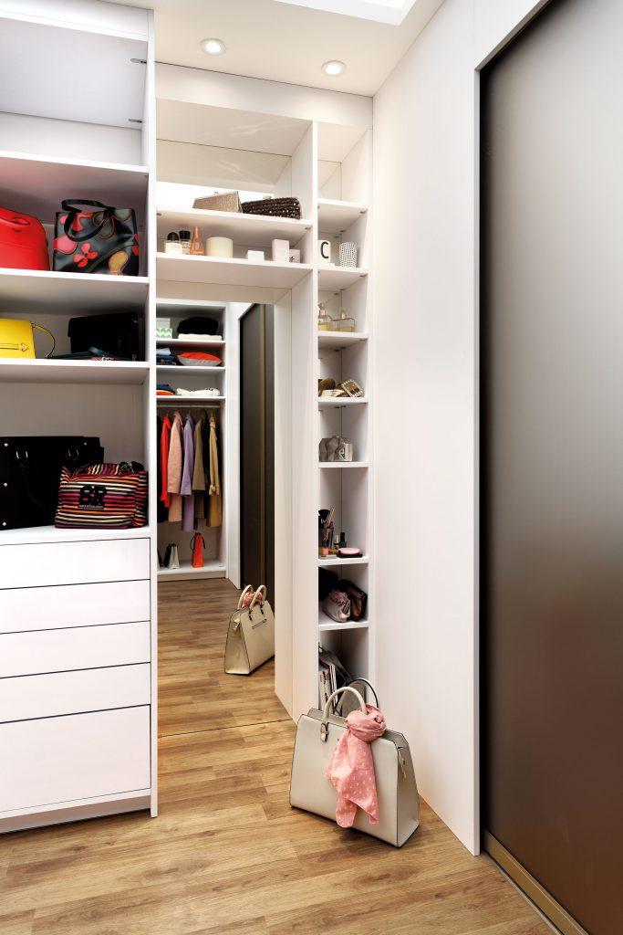 Vue de face qui présente des étagères autour d'un miroir pour ranger des accessoires.