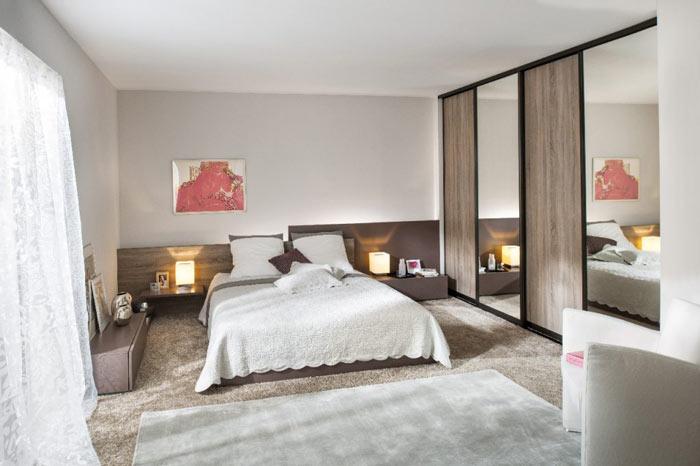 vue d'ensemble de la chambre composée d'un lit double blanc, des rangements en bois coloris marron Santiago Oak et marron-rouge Figue.
