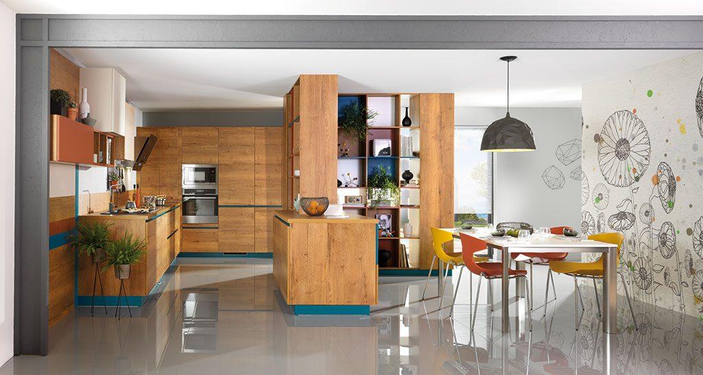 Vue d'ensemble de la cuisine Esprit de Famille avec la bibliothèque avec niches ouvertes et fermées, la table EXPANDO et les chaises NEX.