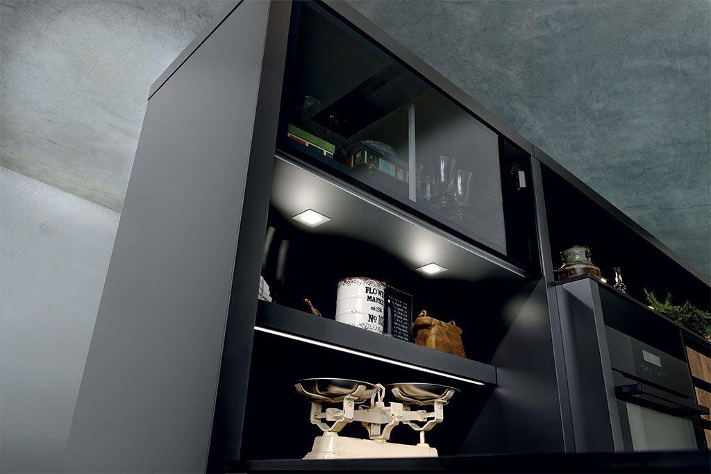 Vue du dessous des spots ZQUADRO dans un meuble de cuisine en stratifié noir Nano.