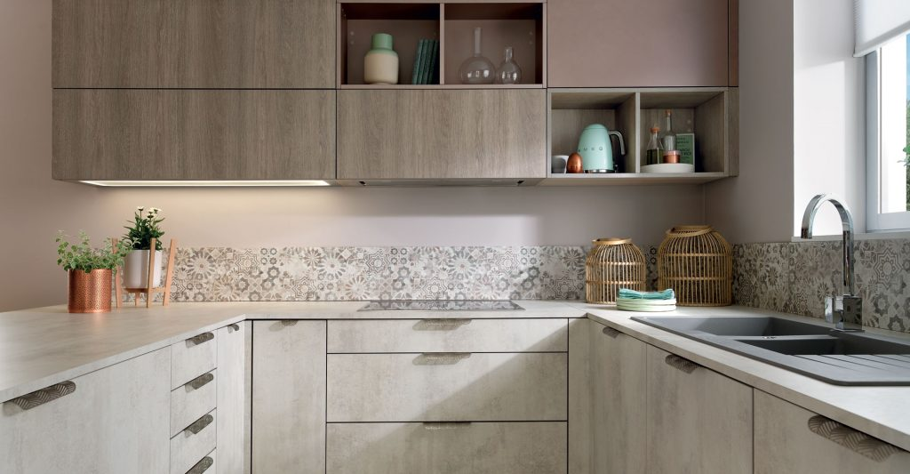 Vue d'ensemble de la cuisine Douceur Givrée avec des meubles gris clair marbré et marron clair, et la crédence Mexico.