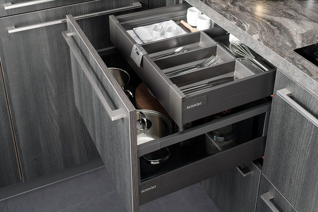 Vue de dessus en biais d'un bloc coulissant ouvert avec tiroir à l'anglaise sorti et attache tiroir visible.