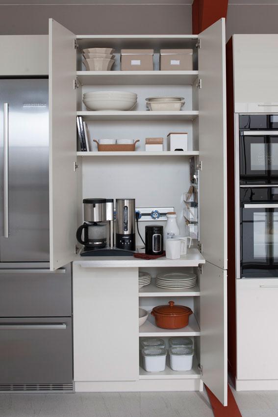 Vue de face de l'armoire Opti Line coloris blanc avec les portes ouvertes et l'équipement intérieur (rail électrique avec prises, tablette coulissante, vide poche) visibles.
