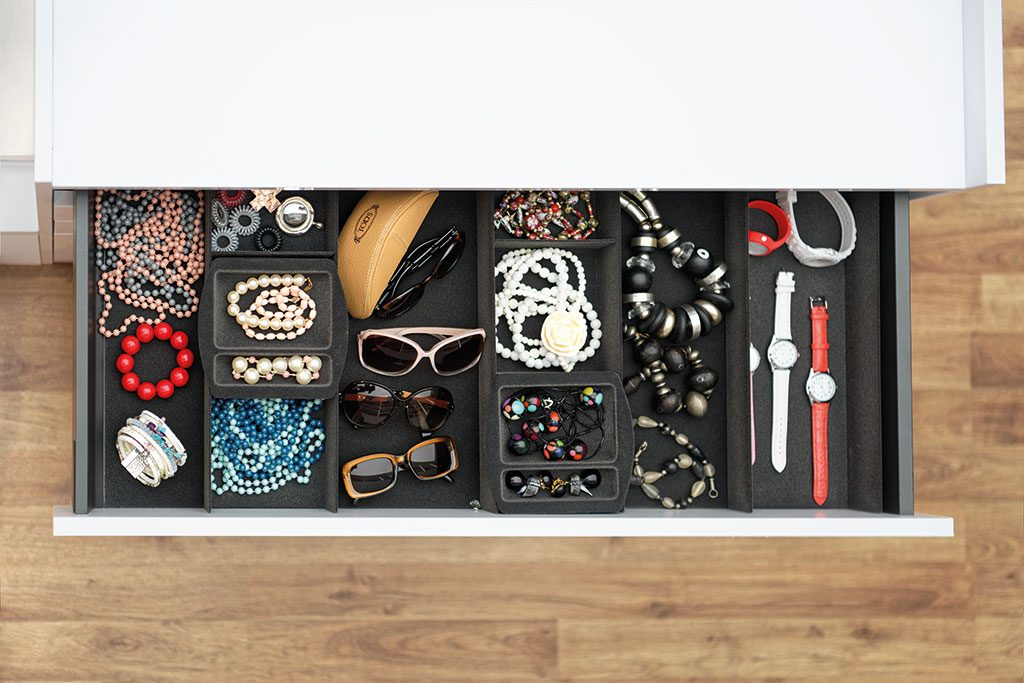 Vue du dessus du range-bijoux Soft Box dans un meuble de rangement blanc neige du dressing sur mesure Showroom Privé.
