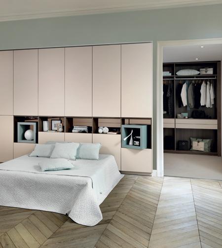 Chambre avec placards beiges en tête de lit