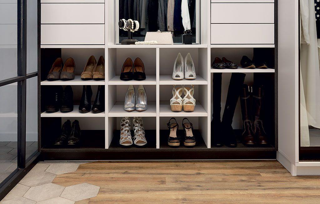 Zoom sur les étagères à chaussures du dressing Mr and Mrs Smith.