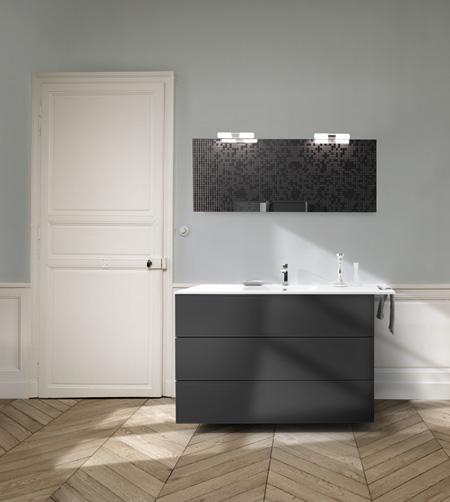 Vue de face du meuble de salle de bains noir dans la salle de bain Boxea.