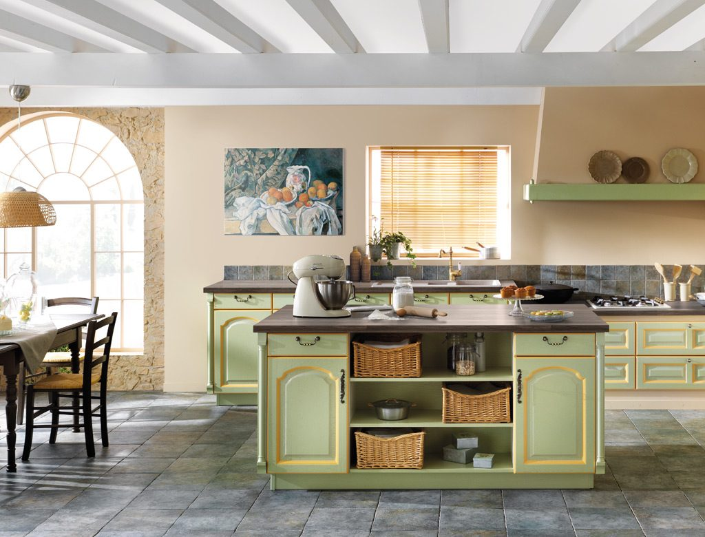 Vue d'ensemble de la cuisine rustique Heure Anglaise, avec les meubles vert pistache avec rechampi jaune genet.