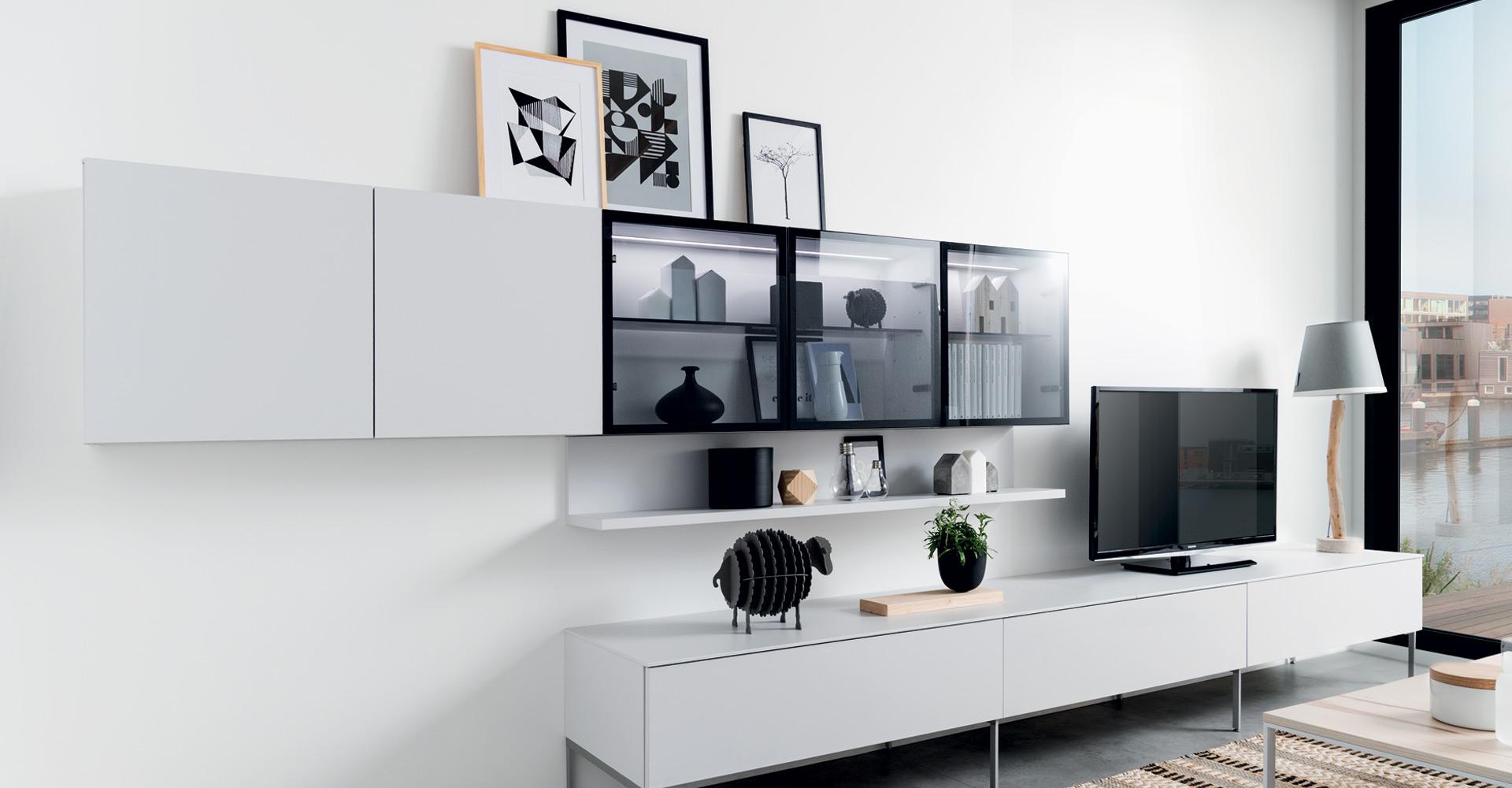 Vue en perspective du meuble TV Detroit coloris gris clair, style contemporain, avec une partie du meuble haut vitrée.