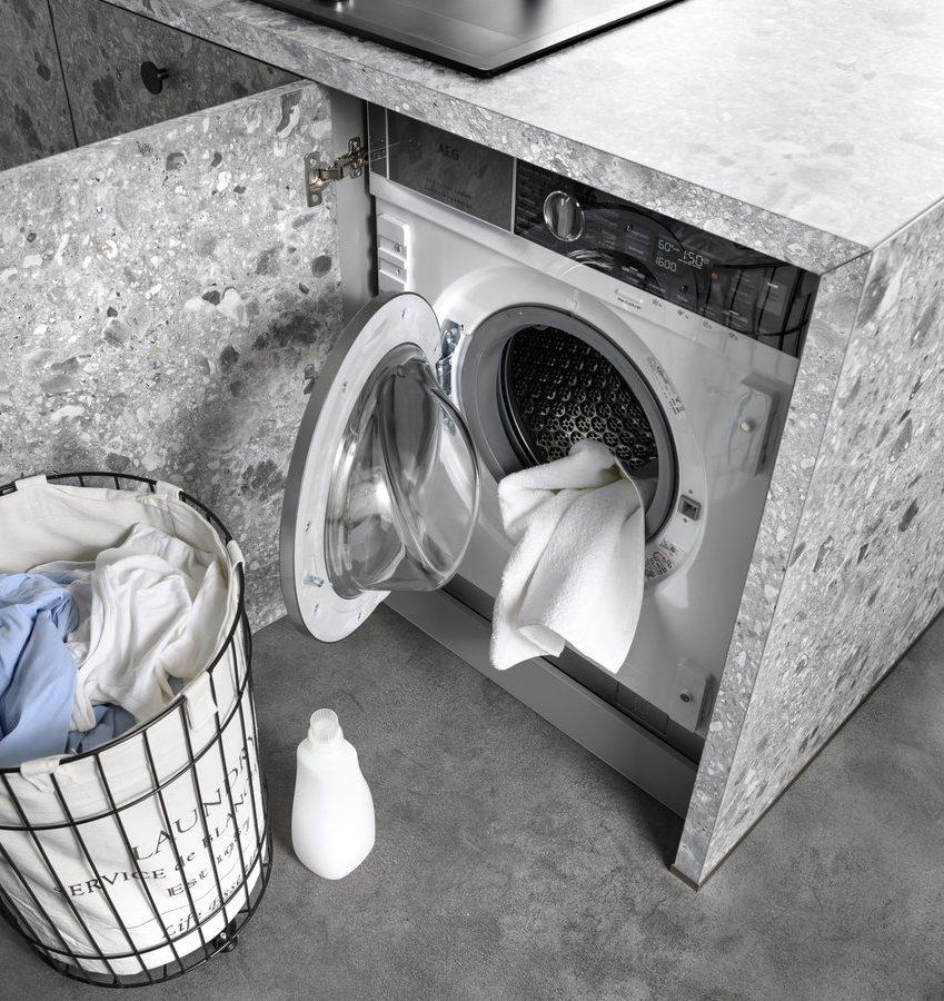 Machine à laver intégrée à cet îlot central.