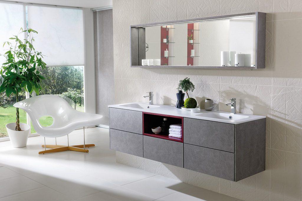 Vue du meuble de salle de bains gris, modèle Arcos, avec deux lavabos sous plan et un miroir sur mesure avec cadre décoratif avec éclairage LED.