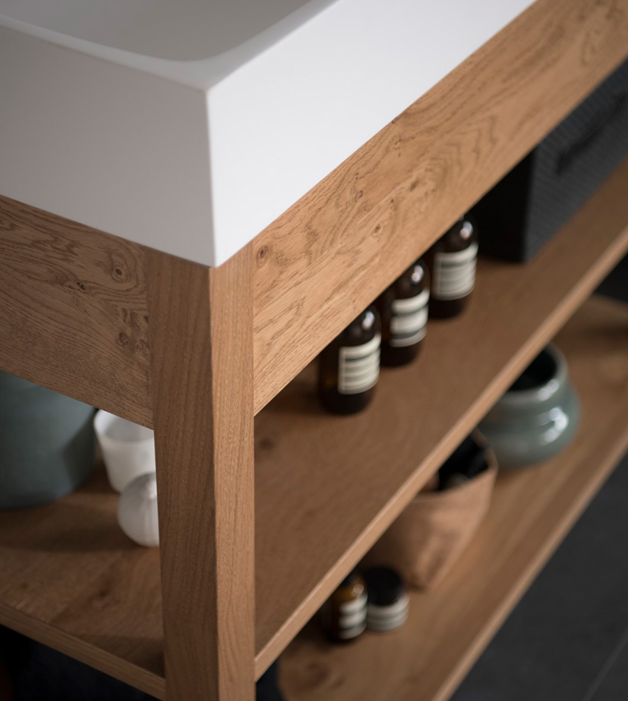 Zoom sur le meuble vasque ouvert en bois