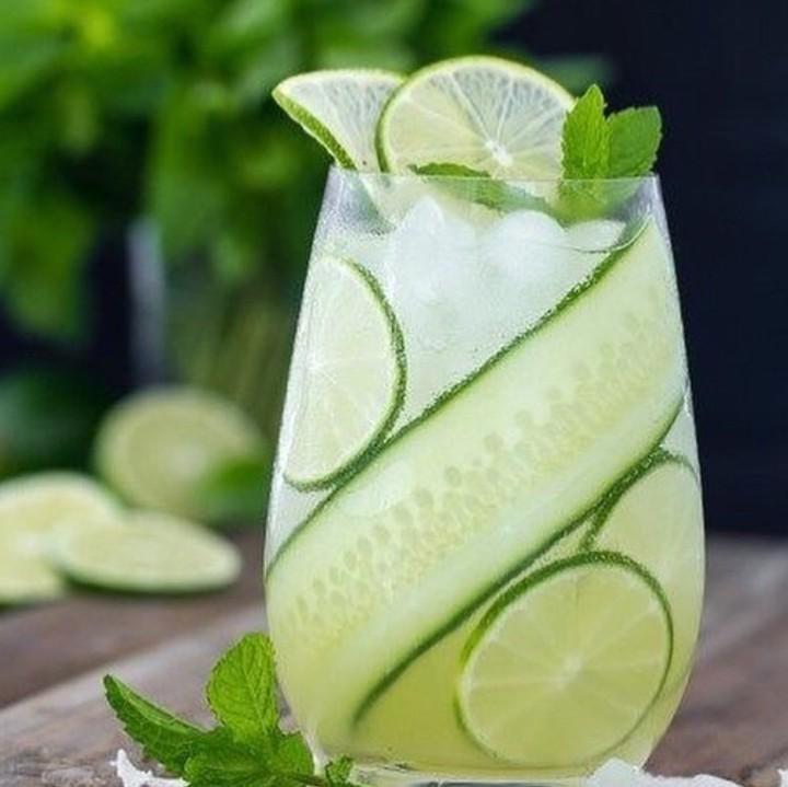 @thedetoxdailyreport nous propose une recette d'eau aromatisée avec concombre, citron vert et menthe... Savoureuse et fraîche !