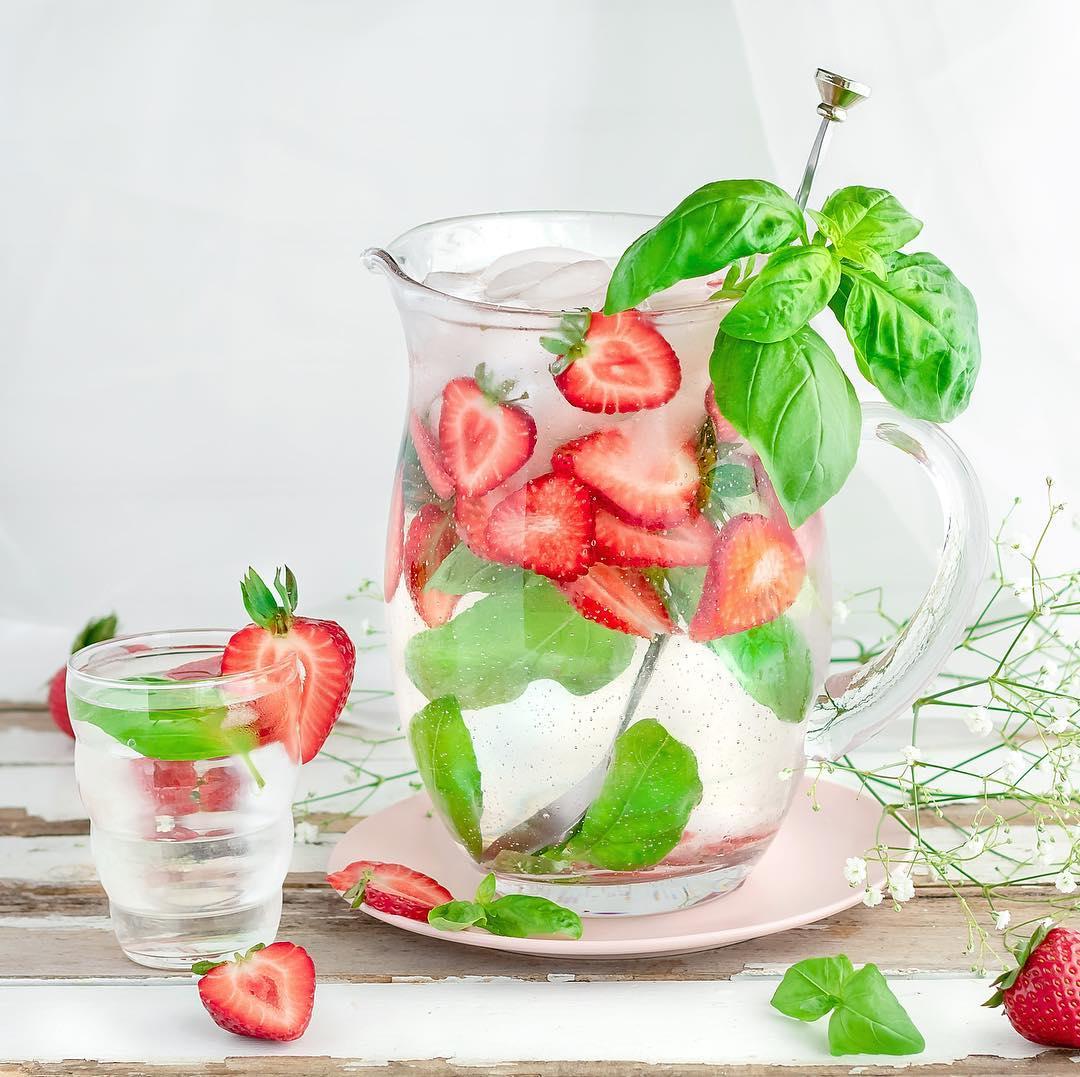 Eau infusée aux fraises et basilic, une idée de boisson rafraîchissante de @rachels.fit.kitchen