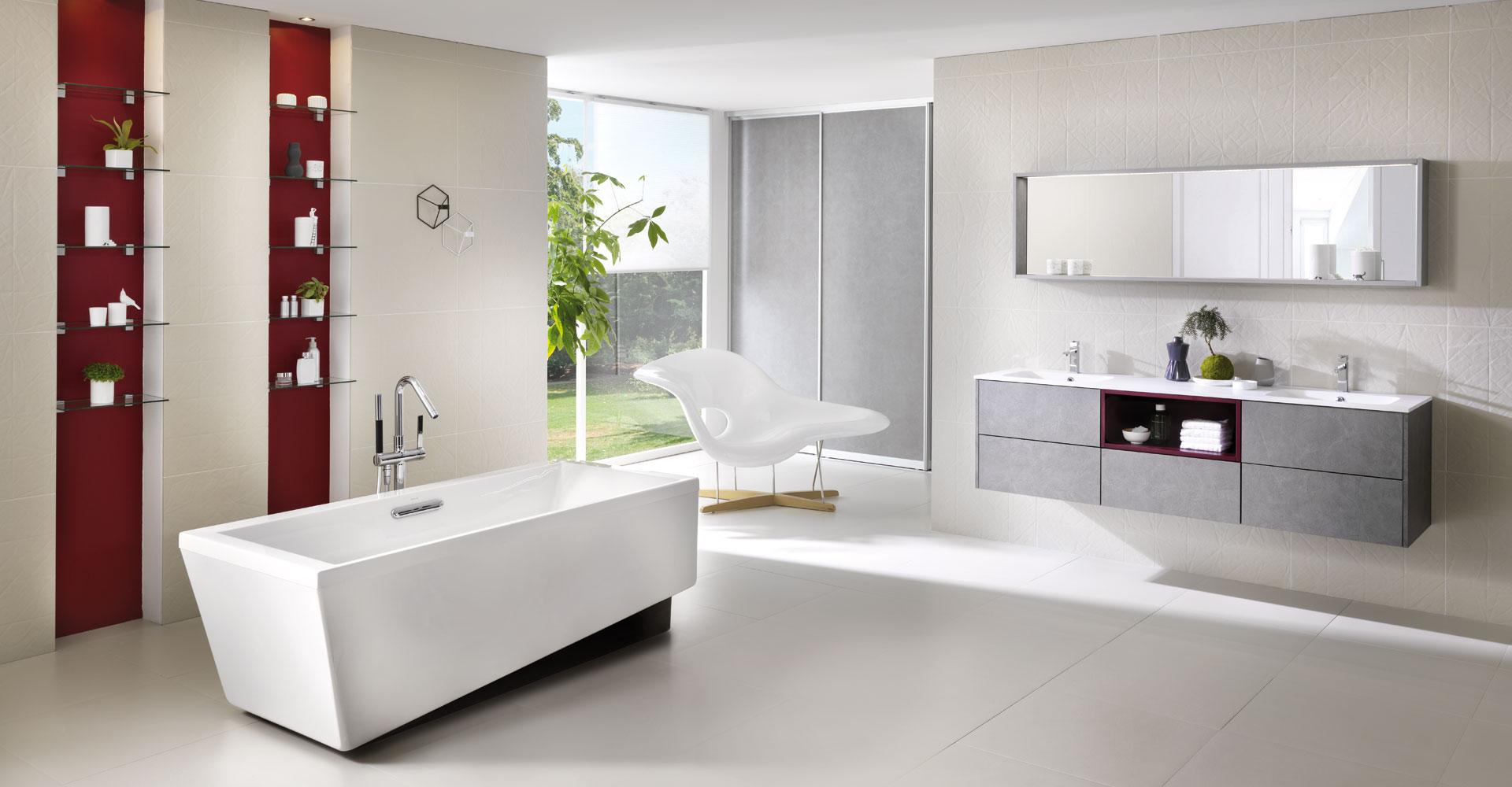 Vue d'ensemble de la salle de bain grise et blanche, avec la baignoire au premier plain et le placard à portes coulissantes en arrière plan.