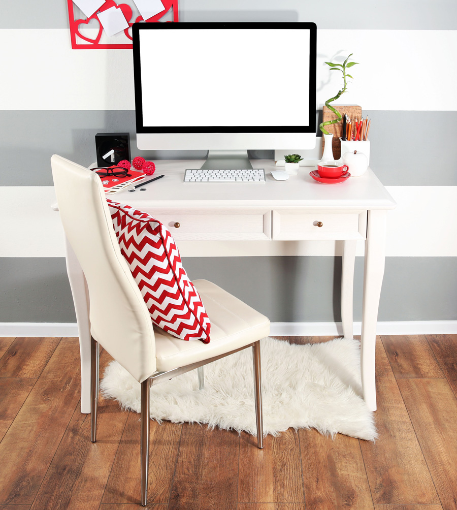 Espace bureau blanc décoré avec des éléments en rouge
