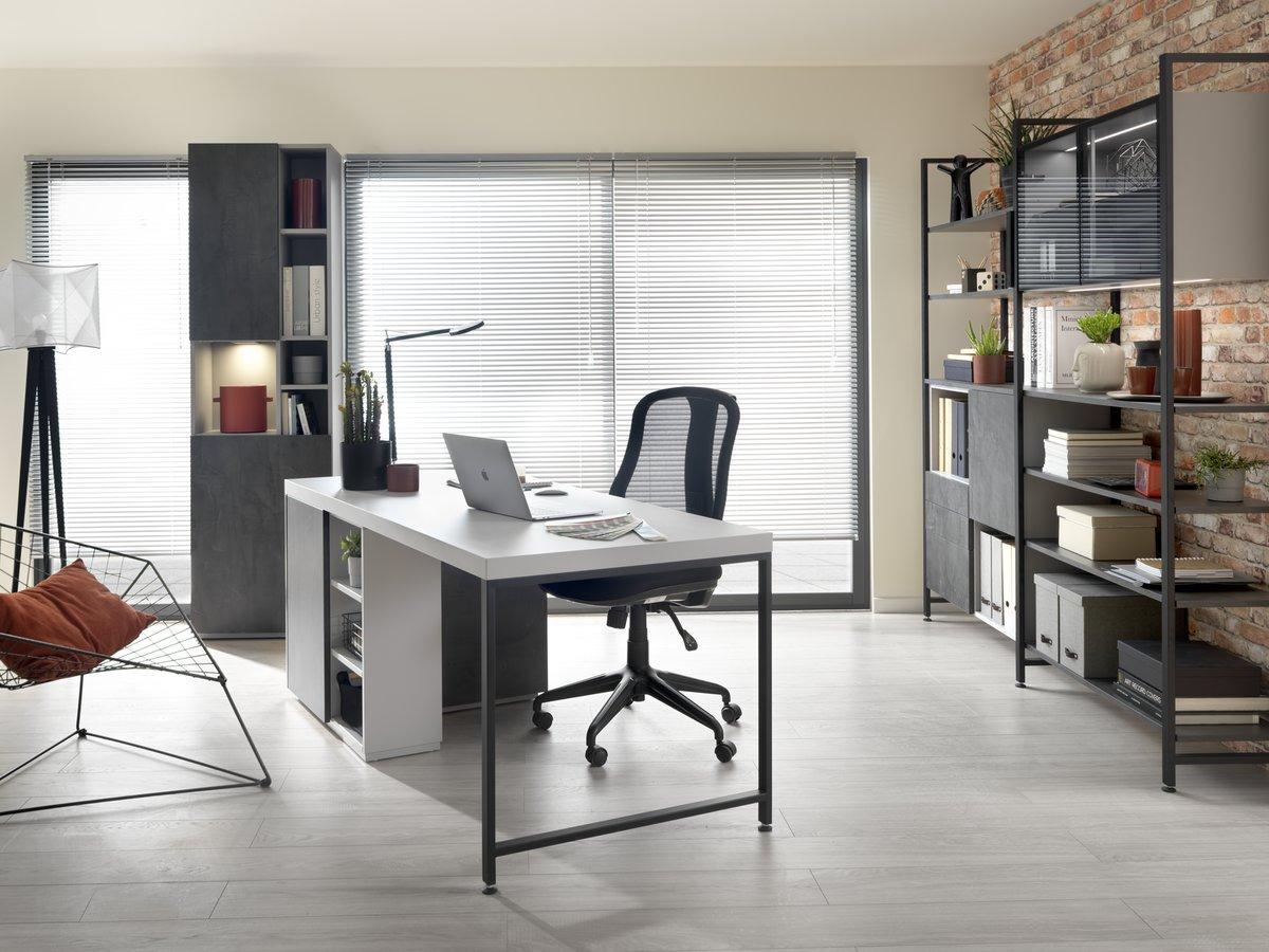 Bureau gris de style industriel avec étagères